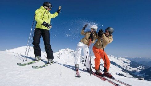 3 solo skiers taking photos on solo ski holiday in Austria Schladming