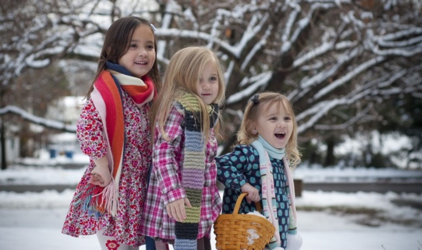 sister on christmas holidays with single parent - travelling