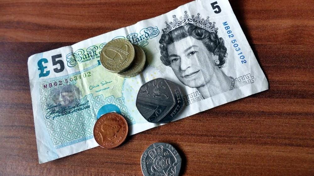 single parent benefits and money saving tips - small amount of cash