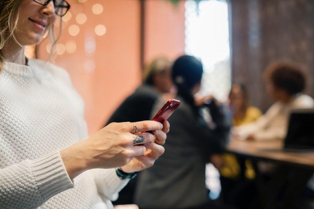 single parent dating - woman texting