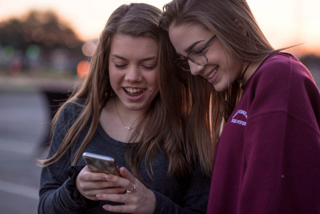 single parent statistics - teenage girls with mobile
