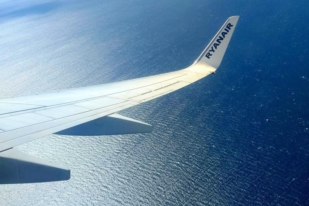 why do flight prices change - RyanAir plane