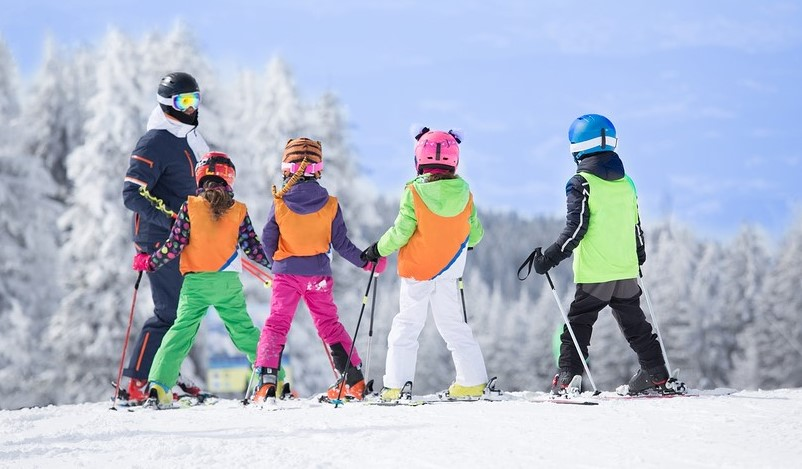 single parent families kids in ski school with instructor