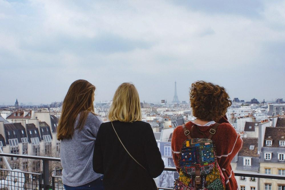single women making friends on travel