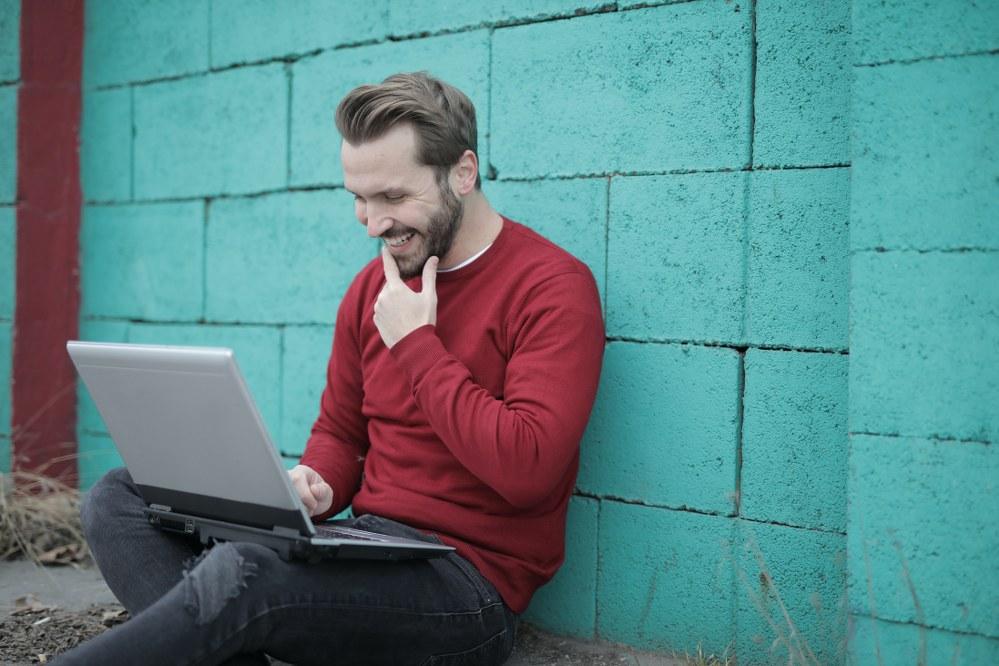 single dad at laptop writing 5 star dating profile