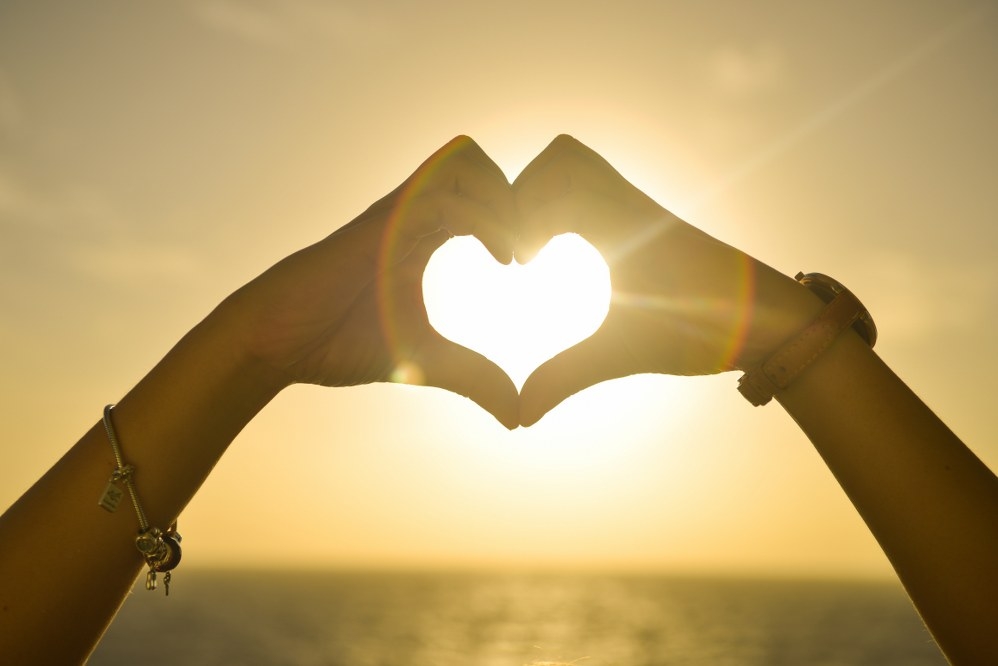 hands forming heart - single parent dating