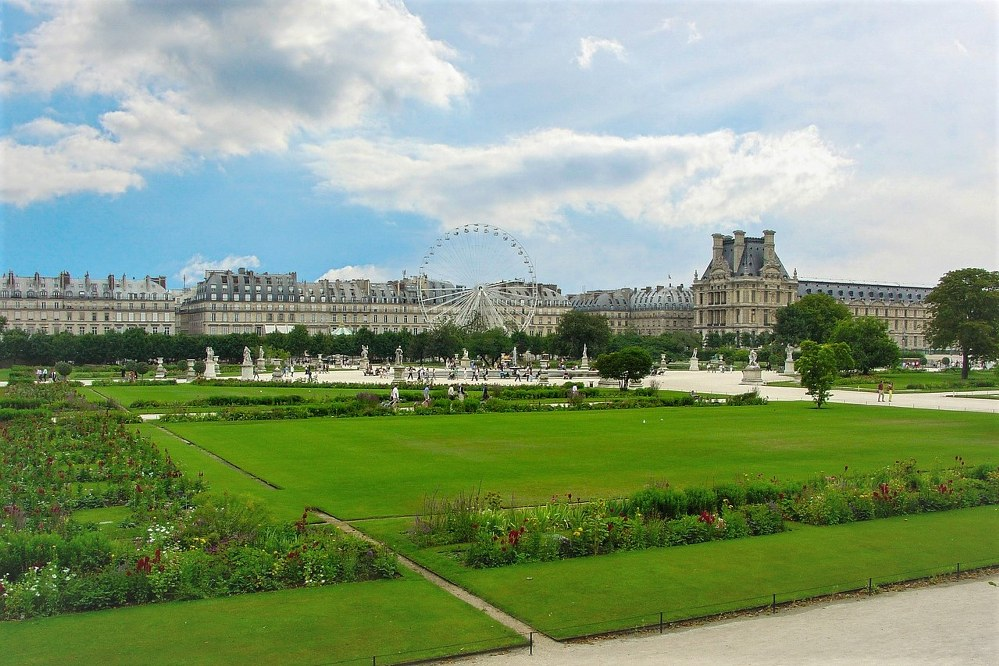 travel solo to the Louvre Gardens in Paris